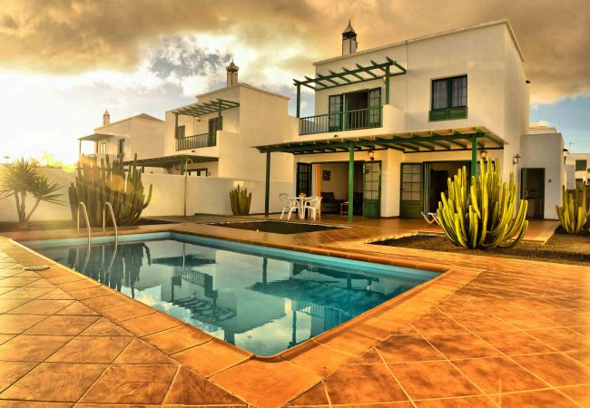 Villa/Dettached house in Playa Blanca - Villa Nohara 14, private pool, sun & wifi