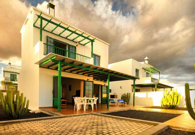Villa in Playa Blanca - Villa Nohara 4, pool, sun & wifi